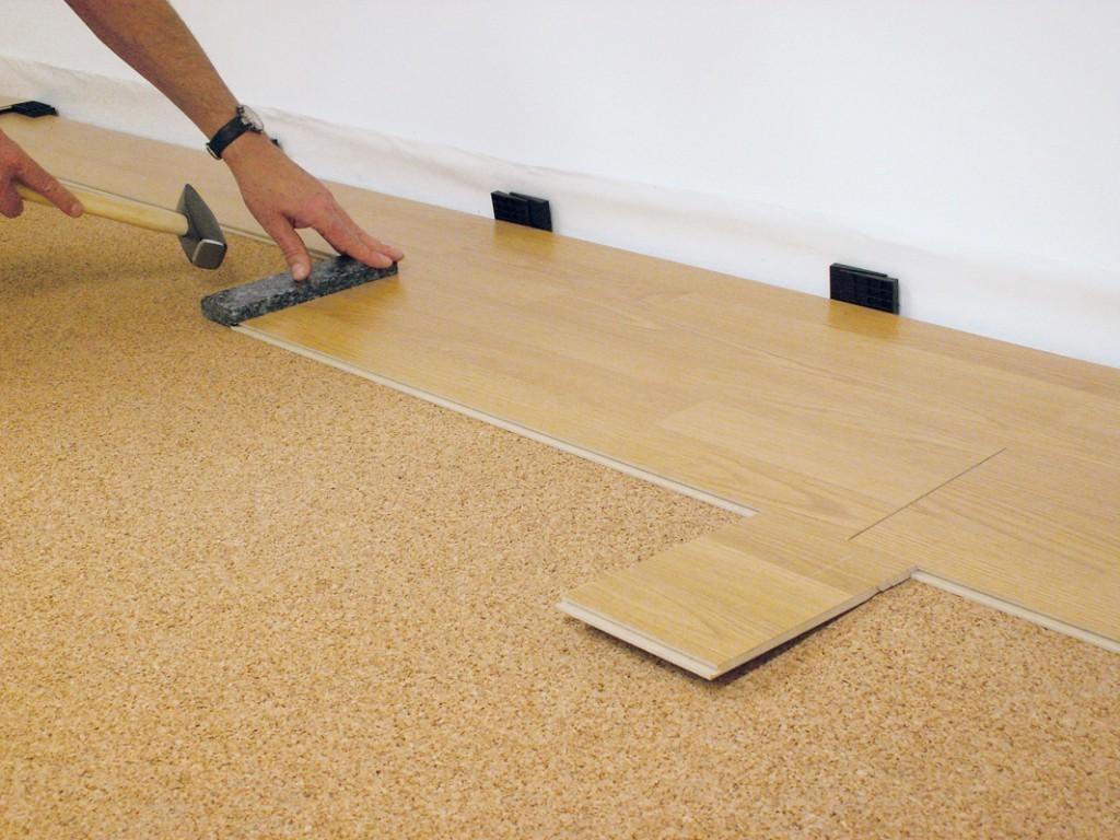 Çabuk ve basit bir şekilde süpürgelikleri bir zemine monte ediyoruz