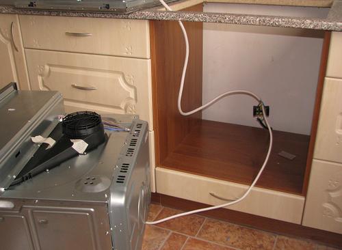 Установка духовки в кухню