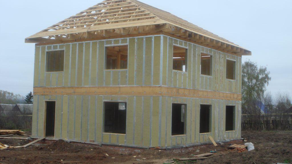 Edificio de la casa del panel. Panel de casa con sus propias manos